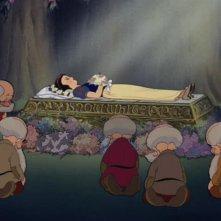 Una triste scena del film d\'animazione Biancaneve e i sette nani ( 1937 )