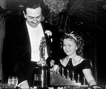 Walt Disney riceve l\'oscar speciale da Shirley Temple per Biancaneve e i sette nani