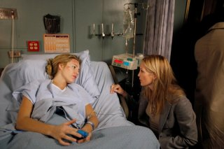 Serena (Blake Lively) all'ospedale con la madre (Kelly Rutherford) accanto nell'episodio The Debarted di Gossip Girl
