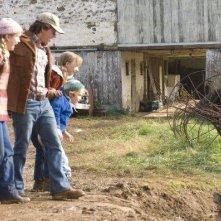 Mark Wahlberg, Saoirse Ronan, Rose McIver e il piccolo Christian Thomas Ashdale in una scena del film Amabili resti