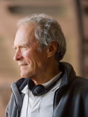 Un primo piano del regista Clint Eastwood sul set di Invictus