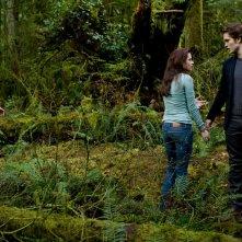 Il trio protagonista: Taylor Lautner, Kristen Stewart e Robert Pattinson in un momento del film Twilight: New Moon