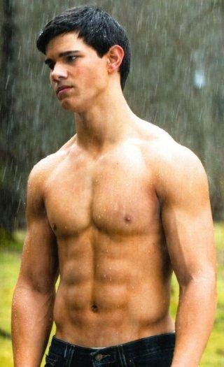 Taylor Lautner è il muscoloso Jacob Black nel film Twilight: New Moon