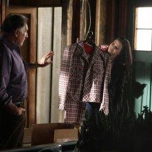 Amita (Navi Rawat) mostra un completo a quadri a Alan Eppes (Judd Hirsch) in una scena dell'episodio Old Soldiers di Numb3rs
