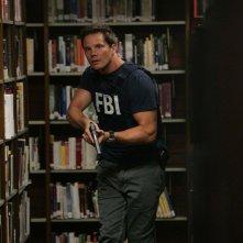 Una scena dell'episodio Old Soldiers di Numb3rs con l'Agente Colby Granger (Dylan Bruno)
