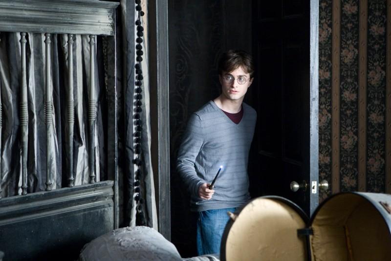 Daniel Radcliffe nei panni del famoso Harry Potter in un'immagine tratta dal film I Doni della Morte - parte 1