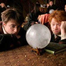 Harry (Daniel Radcliffe) e Ron (Rupert Grint) fissano la sfera di cristallo a Divinazione nel film Harry Potter e il Prigioniero di Azkaban