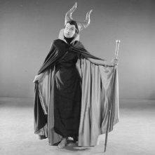 Eleanor Audley vestita da Malefica durante la produzione de La bella addormentata nel bosco