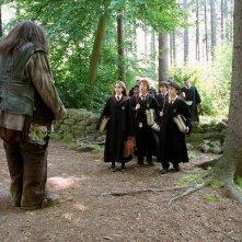 Hagrid (Robbie Coltrane) a lezione coi Grifondoro e i Serpeverde