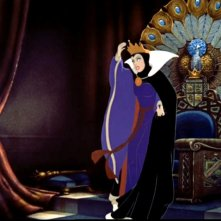 La regina in una scena del film d\'animazione Biancaneve e i sette nani ( 1937 )