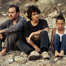 Valerio Mastandrea, Francesco Rapalino e Giacomo Bibbiani Messeri in una scena de La prima cosa bella