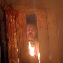 Kane Hodder in una scena dell'horror Hatchet