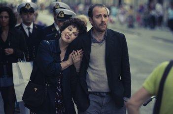 Stefania Sandrelli e Valerio Mastandrea in una scena de La prima cosa bella