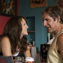 Carla Gallo e Scott Bakula in una scena della serie Men of a Certain Age