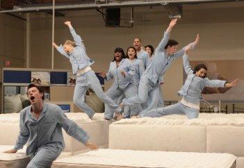 Glee: una scena di gruppo dell'episodio Mattress