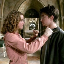 Hermione (Emma Watson) e Harry (Daniel Radcliffe) usano la giratempo per salvare Fierobecco