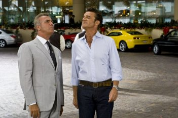 Massimo Ghini e Christian De Sica in una scena del film Natale a Beverly Hills