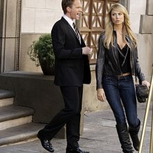 Neil Patrick Harris e Stacy Keibler in un momento dell'episodio Girls Vs. Suits di How I Met Your Mother