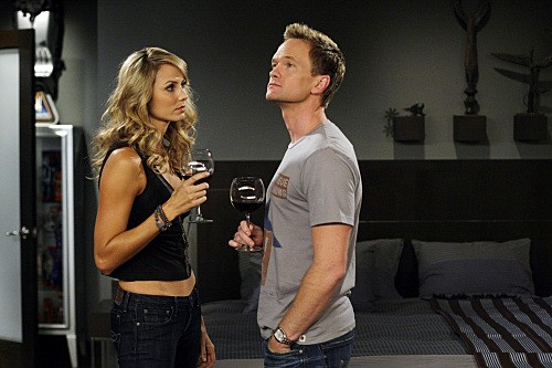 Neil Patrick Harris E Stacy Keibler In Una Scena Dell Episodio Girls Vs Suits Di How I Met Your Mother 141693