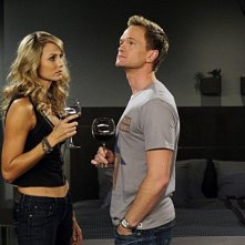 Neil Patrick Harris e Stacy Keibler in una scena dell'episodio Girls Vs. Suits di How I Met Your Mother