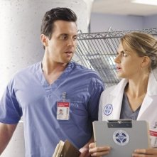 Scrubs: Eliza Coupe e Michael Mosley in una scena dell'episodio Our Mysteries
