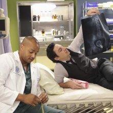 Scrubs: Zach Braff e Donald Faison in una scena dell'episodio Our Mysteries