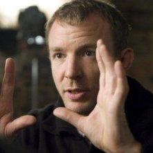 Il regista Guy Ritchie si concentra sul set del suo film Sherlock Holmes
