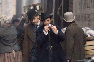 Robert Downey Jr. e Jude Law in un'immagine tratta dal film Sherlock Holmes