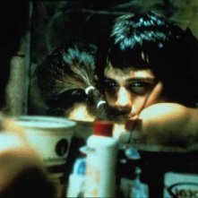 Un bel primo piano di Gael Garcia Bernal in una scena del film Amores Perros