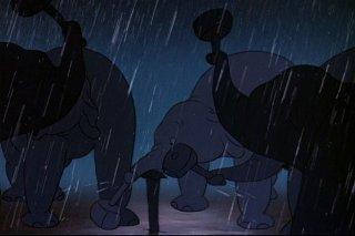 Gli elefanti costruiscono il circo in una scena del film d\'animazione Dumbo