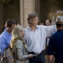 Amanda Seyfried riceve istruzioni dal regista Lasse Hallström sul set del film Dear John