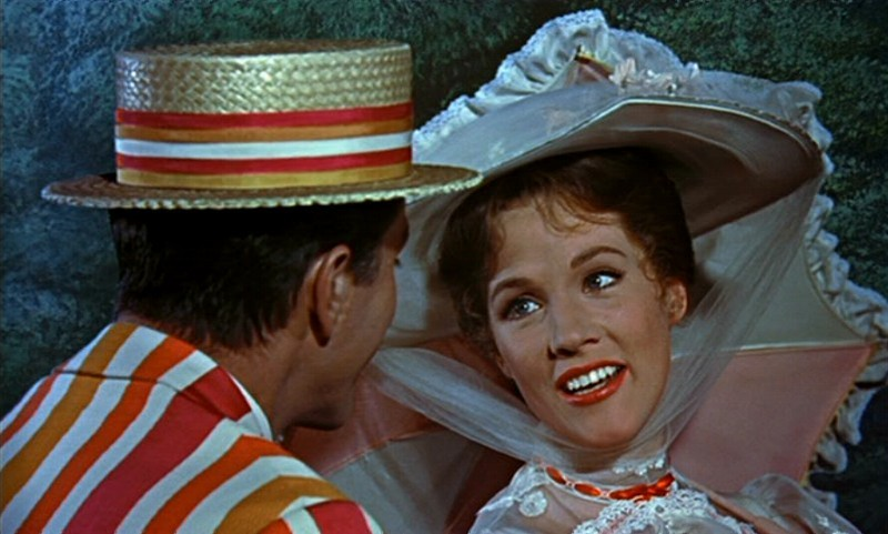 Dick Van Dyke con Julie Andrews in una scena del film Mary Poppins ( 1964 )