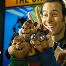Jason Lee con i piccoli Chipmunk in una scena di Alvin Superstar