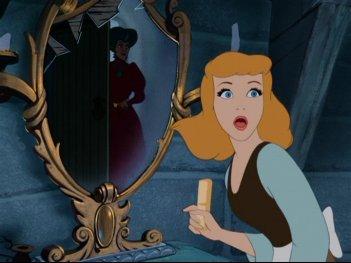 La protagonista e la Matrigna in una drammatica scena del film d'animazione Cenerentola