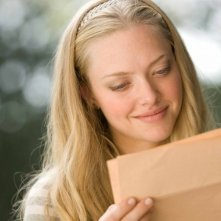Savannah (Amanda Seyfried) legge una lettera in una scena del film Dear John