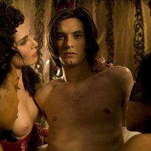 Ben Barnes circondato da donne in una scena del film Dorian Gray