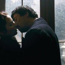 Benicio Del Toro ed Emily Blunt in una scena romantica del film The Wolf Man