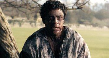 Benicio Del Toro in una scena del film The Wolf Man