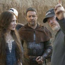 Russell Crowe e Cate Blanchett insieme al regista Ridley Scott sul set del film Robin Hood