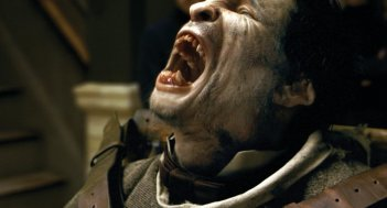Un irriconoscibile Benicio Del Toro in un'immagine di The Wolf Man