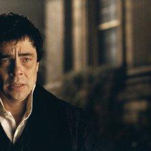 Un primo piano di Benicio Del Toro dal film The Wolf Man