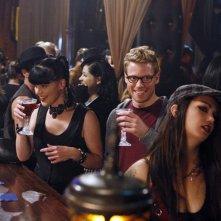 Abby (Pauley Perrette) ed Eric (Barrett Foa) in un locale alternativo nell'episodio Random On Purpose