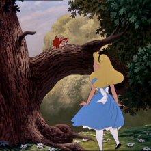 La protagonista e il gatto Oreste nel paese del film d\'animazione Alice nel paese delle meraviglie