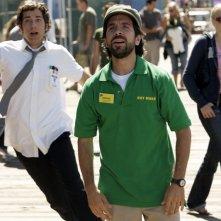 Morgan (Joshua Gomez) con alle spalle Chuck (Zachary Levi) nell'episodio Chuck vs. Il verme della sabbia