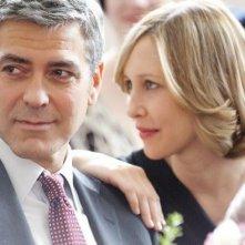 Un primo piano per Vera Farmiga e George Clooney, protagonisti del film Tra le nuvole