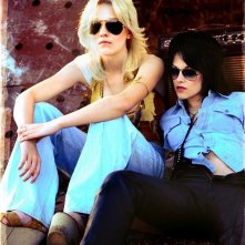 Un'immagine promozionale di Dakota Fanning e Kristen Stewart per il film The Runaways