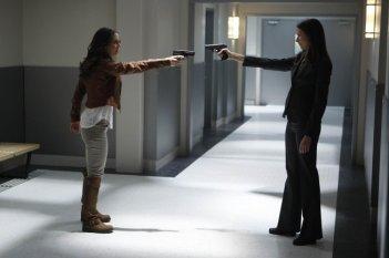 Dollhouse: Eliza Dushku e la guest star Amy Acker nell'episodio The Hollow Men