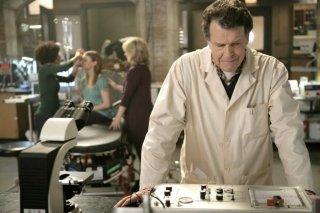 Fringe: John Noble in una scena dell'episodio Unearthed