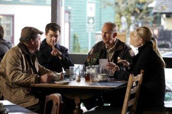 Fringe: John Noble, Joshua Jackson ed Anna Torv con la guest star Michael O'Neill nell'episodio Edina City Limits