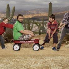 Una simpatica foto promozionale del cast della serie Sons of Tucson